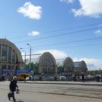 Der Rigaer Zentralmarkt in den ehemaligen Zeppelinhallen