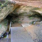 Das Quellwasser wird von den Einheimischen kanisterweise abgefüllt