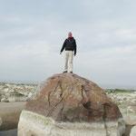 Kleiner Mann auf großem Stein