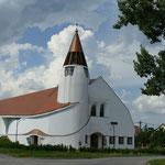 Die Kirche erinnert irgendwie an Friedensreich Hundertwasser