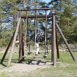 Gar nicht so einfach, eine estnische Holzschaukel zum Schwingen zu bringen