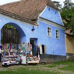 Mit dem Verkauf von im Ort produzierten Strickwaren werden soziale Projekte gefördert