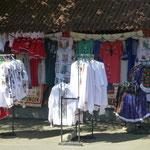 Ein bunter Souvenirmarkt findet sich vor dem Friedhof