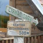Ein Fußweg führt vom Campingplatz hinunter ins Dorf
