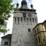 Der imposante Stundenturm beherbergt auch ein kleines Museum. Von oben kann man auch einen Blick auf die Region werfen.