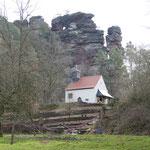 Eine Kapelle am Fuße der typischen Buntsandstein-Formationen des Dahner Felsenlandes