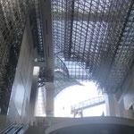 """Ein extravagantes Bauwerk aus Glas und Stahl, auch  """"Kathedrale des Verkehrszeitalters"""" genannt"""