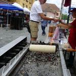 Baumstritzel Kuchen wird über dem Holzkohlen-Feuer gebacken und ist mega lecker!!!
