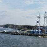 Öltanks und Hafenkräne einerseits - das Naturparadies Kurische Nehrung auf der anderen Seite
