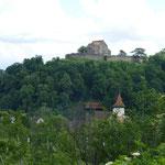 """Blick auf die Burg """"Michelsberg"""" - ebenfalls eine Kirchenburg, die jedoch eher eine Ruine bzw. Kulisse für Veranstaltungen ist"""