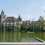 Die etwas kitschige Burg im Stadtwäldchen symbolisiert verschiedenste Baustile Ungarns
