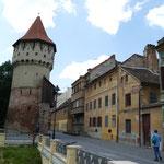 An der alten Stadtmauer mit den farbenfrohen Häusern