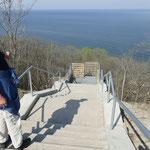 Eine nagelneue Aussichtsplattform samt Treppen und Stegen an den Strand