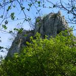 Vorbei an imposanten Kalksteinfelsen....