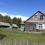 Alte Holzhäuser im kleinen Weiler Orvisi