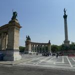Am Heldenplatz mit dem Milleniums-Denkmal