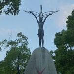 Das Kinderdenkmal nach der Idee des Mädchens Sadako Sasaki.