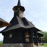 Auf unserer heutigen Wegstrecke kommen wir mal wieder an einer schönen Holzkirche vorbei