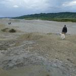 Unterirdische Gase pressen den lehmhaltigen Boden und Grundwasser nach oben