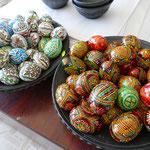 Neben Keramik gibt es hier auch die kunstvollen Eier zu kaufen