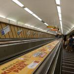 Und nun geht's in die Untergründe der Metro. Diese Rolltreppe ist verdammt steil und verdammt schnell.....