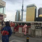 An der Komagada-Bashi mit beeindruckender Kulisse auf die Super Dry Hall und den Tokio Skytree