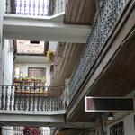 Die Gänge und Gassen über die Innenhöfe der Gebäude erinnern uns an Lyon und die dortigen Traboules