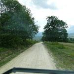 Doch es ist noch früh am Tag und wir fahren die Schotterstrecke wieder zurück ins Tal