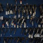 Zahlreiche Scheren und Zangen stehen zum Verkauf.