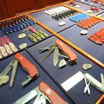 Armee- und andere Sackmesser gibt es zu kaufen.