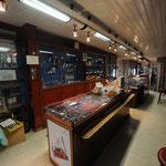 Blick in den Verkaufsladen vom Eingang her.