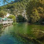 ...das Wasser der Vaucluse ist nicht grün - sondern die Algen / Wasserpflanzen....
