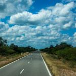 Die Ruta81 führt durch flaches, heißes Land...