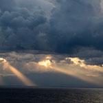 Dramatische Wolken während der Überfahrt
