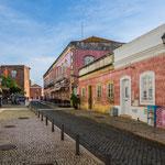 ...teilweise völlig gekachelte Häuserfassaden zeugen von Reichtum der Vergangenheit...