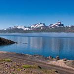 Auch in Juli sind die 'Berge noch teilweise schneebedeckt - diese hier sind nicht höher als 500m