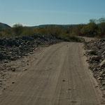 Die Weiterfahrt geht über eine Sandstrecke - Riffelblech....