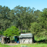 ...hartes Leben für die Indios - leben in primitivsten Behausungen...
