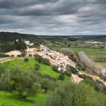 ...umgeben von Olivenhainen und saftigen Wiesen...