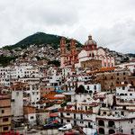 Taxco mit der Kathedrale von unten