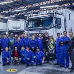 ...das gesamte Werkstatt-Team stellte sich mit uns zum Foto - Danke Volvo Canoas!!!