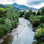 Eine Fliegenfischerin am Fluss Ternon...