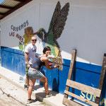 Zwei deutsche Sozialhelfer arbeiten an der neuen Dorfschule mit....