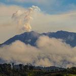 """....und der schmauchende Vulkan """"Turrialba"""" in der Ferne"""