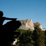 Crazy Horse vorne als Modell und hinten in Originalgröße