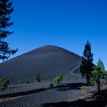 """Auf den """"Cinder Cone"""" - 2.105 m - geht es extrem steil auf Asche hoch..."""