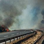 ...es brennt auf beiden Seiten der Autobahn R-5...