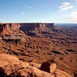"""links eine """"mesa"""" und vorne ein zerfurchter Canyon"""