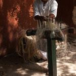 die uralte Methode der Mayas die Sisalfasern zu bearbeiten....