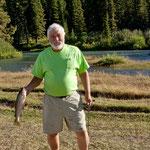 Terry hat erfolgreich eine Regenbogenforelle gefangen